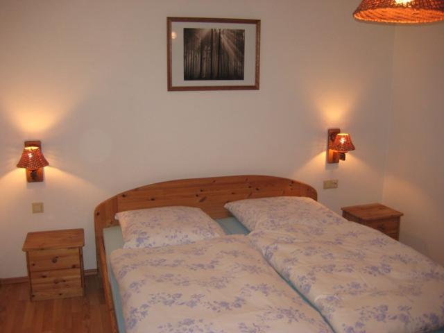 Schlafzimmer :Im Landhausstil. Neu renoviert im Frühjahr 2009