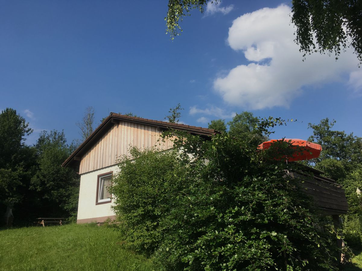 Balkon hinter den Bäumen: