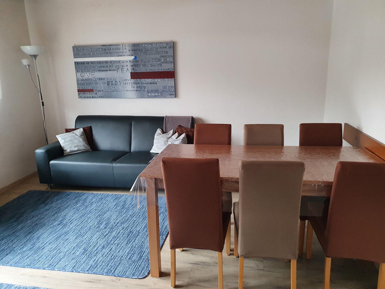Wohnzimmer:Wohnzimmer mit 3-und 2- Sitzer - Sofa sowie Tisch mit 6 Stühlen