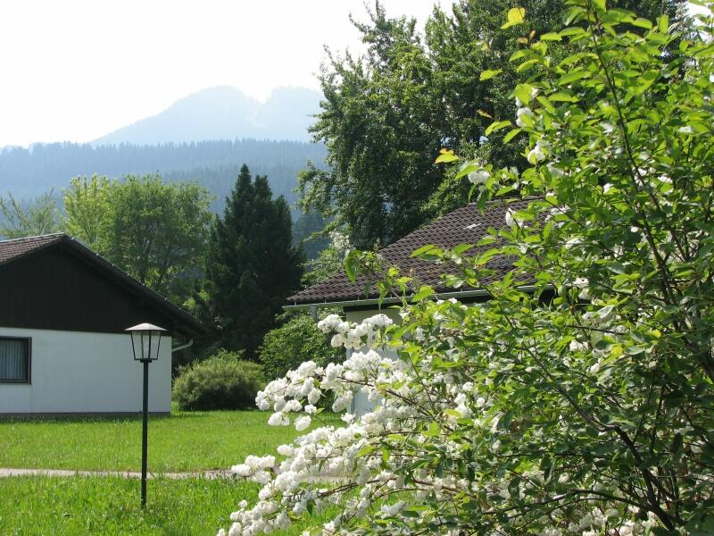 Frühling:auf der Terrasse mit der Alpspitze im Hintergrund