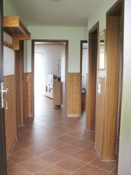Eingang:Garderobe und Blick ins Wohnzimmer