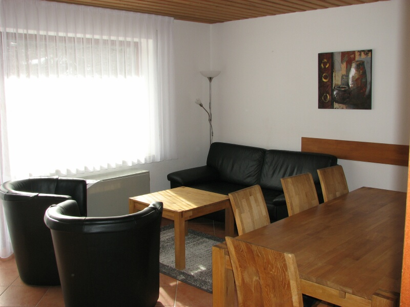 Essen/Relaxen:Sofa mit 2 Cocktailsesseln, fernsehen, spielen, Essecke aus massivem Eichenholz mit Bank, Platz für 8 Personen