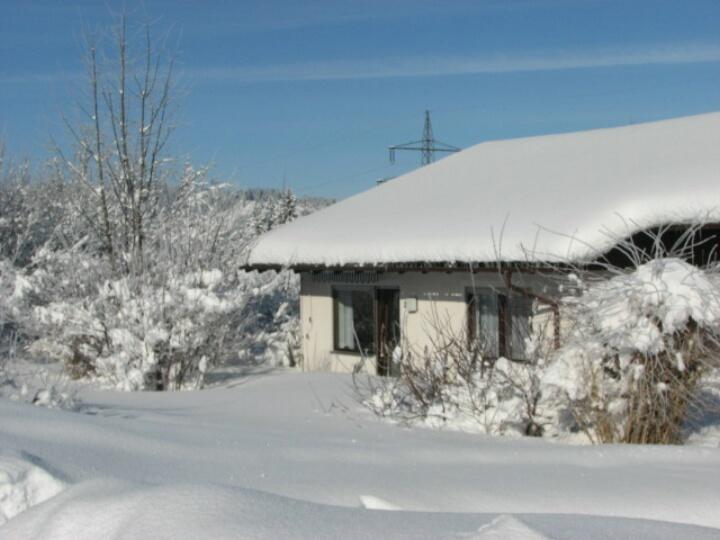 Terrasse:im tiefen Winter mit links Wohnzimmer und rechts Schlafzimmer mit zusätzl. Stockbett
