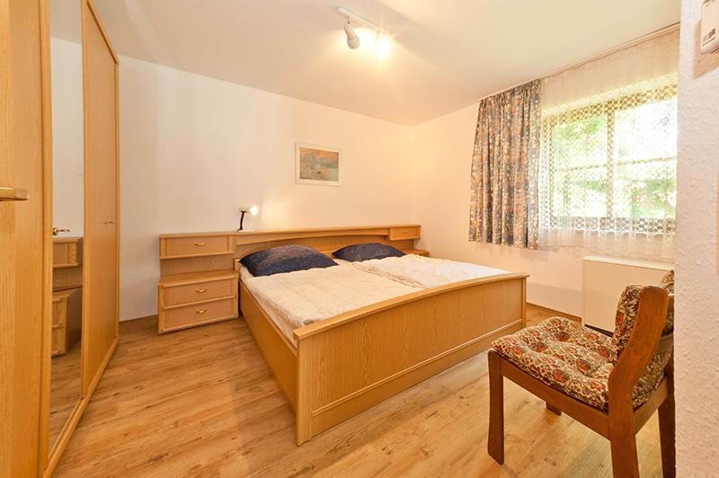 Schlafzimmer:helles Zimmer mit Doppelbett und großem Schrank